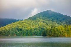 湖在大烟雾弥漫的山脉的santeetlah风景 免版税库存照片