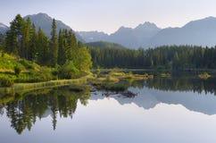 湖在山区度假村 免版税图库摄影
