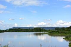 湖在山附近 免版税图库摄影