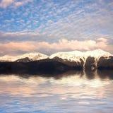 湖在岩石附近的横向山 库存图片