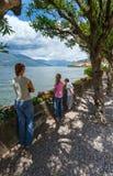 Summer湖Como视图(意大利)和家庭 免版税图库摄影