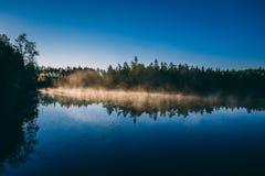 湖在日出的早晨 图库摄影