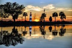 湖在日落的多拉灯塔 库存照片