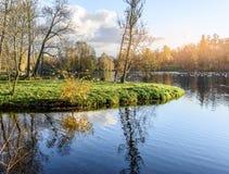 湖在日落的秋天公园 免版税库存照片