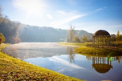 湖在早期的秋天早晨 库存图片
