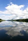 湖在有云彩反射的挪威 免版税库存图片
