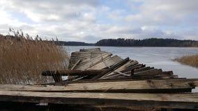 湖在有残破的桥梁的森林 免版税库存照片