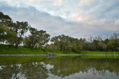 湖在秋天,石码头 免版税库存图片