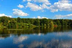 湖在自然公园 免版税库存图片