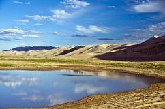 湖在虾虎鱼沙漠,蒙古 库存图片