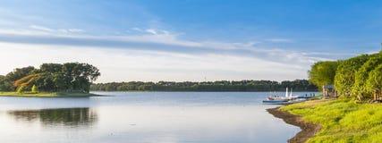 湖在晴天 库存图片