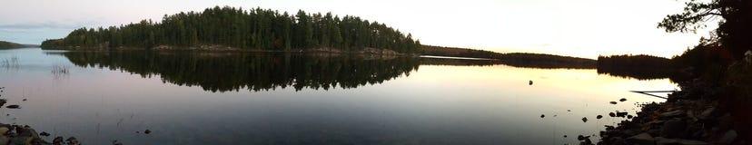 湖在黎明 免版税库存照片