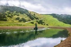 湖在Steinplatte山的三叠纪的冒险主题乐园在Waidring 库存图片