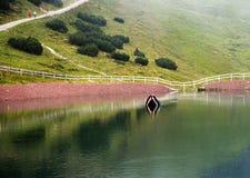 湖在Steinplatte山的三叠纪的冒险主题乐园在Waidring 免版税库存照片