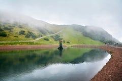 湖在Steinplatte山的三叠纪的冒险主题乐园在Waidring 免版税图库摄影