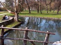 湖在Topcider公园和一对夫妇 免版税库存图片