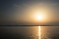 湖地平线和金黄小时 免版税图库摄影