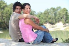 湖坐的夫妇 库存图片