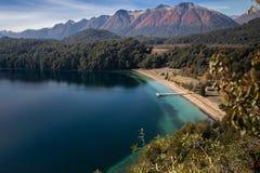 湖埃斯佩霍角重创的内乌肯省,阿根廷 免版税库存照片