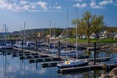 湖城市小游艇船坞,春天 库存照片