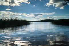 湖塞利格和光滑的水的不尽的expandes浮出水面在盲目的阳光下 特维尔地区,俄罗斯 库存照片
