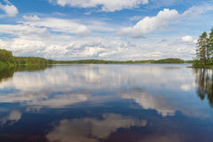 湖天空镜子在芬兰 图库摄影