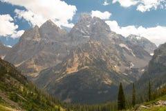从湖孑然的大提顿峰 免版税库存图片