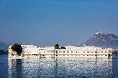 湖宫殿尖齿Niwas豪华旅馆在湖Pichola,乌代浦,拉贾斯坦 库存图片