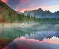 湖富西内的壮观的早晨 免版税图库摄影