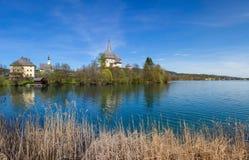 湖对玛丽亚Woerth教会的Woerth视图 免版税图库摄影