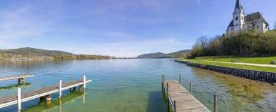 湖对玛丽亚Woerth教会的Woerth视图 图库摄影