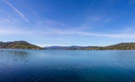 湖对玛丽亚Woerth & Pyramidenkogel全景的Woerth视图 库存照片