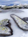 湖小masskardfjellet的峰顶 免版税库存照片