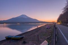 从湖山中的富士山在日落期间在春天 库存照片