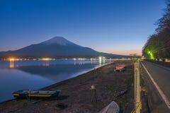 从湖山中的富士山在日落期间 库存照片