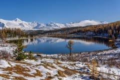 湖山反射雪秋天 库存图片
