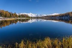 湖山反射雪秋天 免版税库存照片