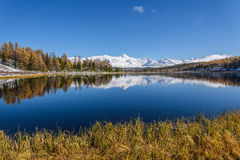 湖山反射雪秋天 库存照片