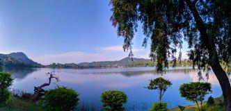 湖山和天空墙纸 库存照片