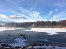 湖山的冬天视图和教会的废墟 库存照片