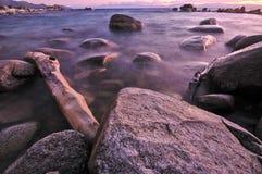 湖岩石 免版税库存照片