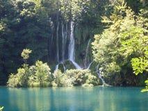 湖岸五颜六色和充满活力的风景  平静的风景有用作为背景 降低湖峡谷 全国Plitvice的湖 库存照片