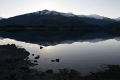 湖岸反映wanaka 库存照片