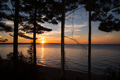 湖岸国家被生动描述的岩石 免版税库存照片