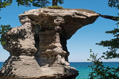 湖岸国家被生动描述的岩石 免版税库存图片