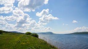 湖岸在一个晴天 免版税图库摄影