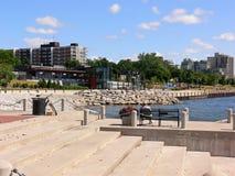 湖岸散步 免版税图库摄影