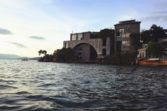 湖岸旅馆 库存照片