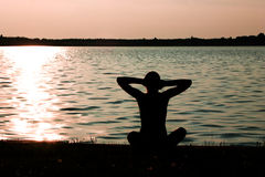 湖岸瑜伽 库存图片