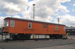 从湖岸电铁路的列车车箱 免版税图库摄影